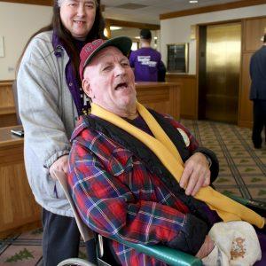 Una miembro de SEIU y su cliente posan para la cámara durante una visita para presionar a los funcionarios electos en el Capitolio del Estado de Oregon.