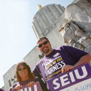 """Un grupo de miembros de SEIU se manifiesta en el Capitolio del Estado de Oregon. Uno de sus carteles dice """"Hay un camino mejor para Oregón""""."""