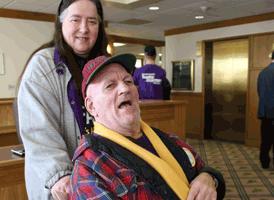 Miembro de SEIU Homecare y su cliente sonríen y posan durante un día de lobby en el Capitolio del Estado de Oregon