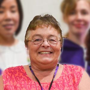 Judy Byers, miembro de SEIU, sonríe, recortada de una imagen más grande de un grupo de miembros sonrientes.