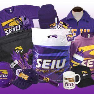 Una colección de objetos de interés y souvenirs adornados con el logotipo de SEIU, que incluyen: gorra de béisbol, frisbee, cordón con el nombre, taza, botella de agua, camisetas, gorros y bolsas para laptop.