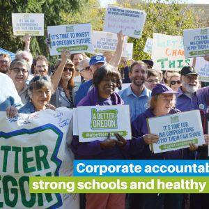 """Una gran multitud de personas sonrientes agita carteles que dicen """"Un mejor Oregón"""", con un título que dice """"La responsabilidad corporativa significa escuelas sólidas y habitantes de Oregón saludables""""."""