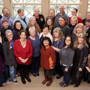 42 miembros de la Junta Directiva Electa de SEIU 503 están juntos sonriendo para la cámara.