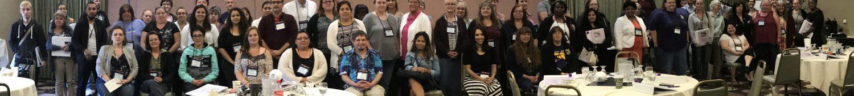 Una foto panorámica de docenas de cuidadores de hogares de ancianos de SEIU en una reunión.