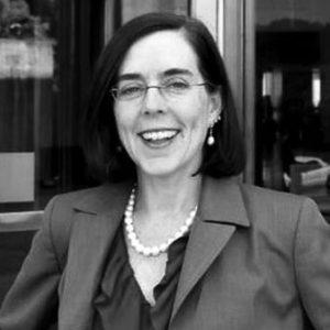 Un retrato en blanco y negro de la gobernadora Kate Brown