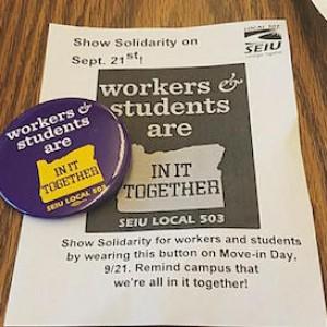 """Un botón y un volante que dice """"Trabajadores y estudiantes están JUNTOS"""""""