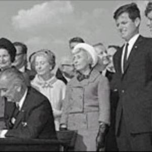 El presidente Lyndon B. Johnson (centro) firma el amplio proyecto de ley de inmigración de 1965 en una ceremonia en Liberty Island, el 4 de octubre de 1965.