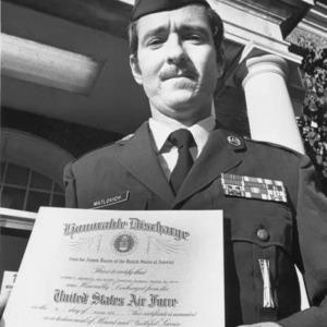 El Sargento de la Fuerza Aérea de los Estados Unidos Leonard Matlovich sostiene sus papeles de baja honorable en la Base de la Fuerza Aérea Langley en Virginia. Incluso después de importantes batallas legales, el sargento. Matlovich fue dado de alta del servicio porque era gay.