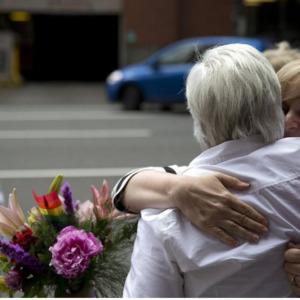 Dos mujeres, abrazar